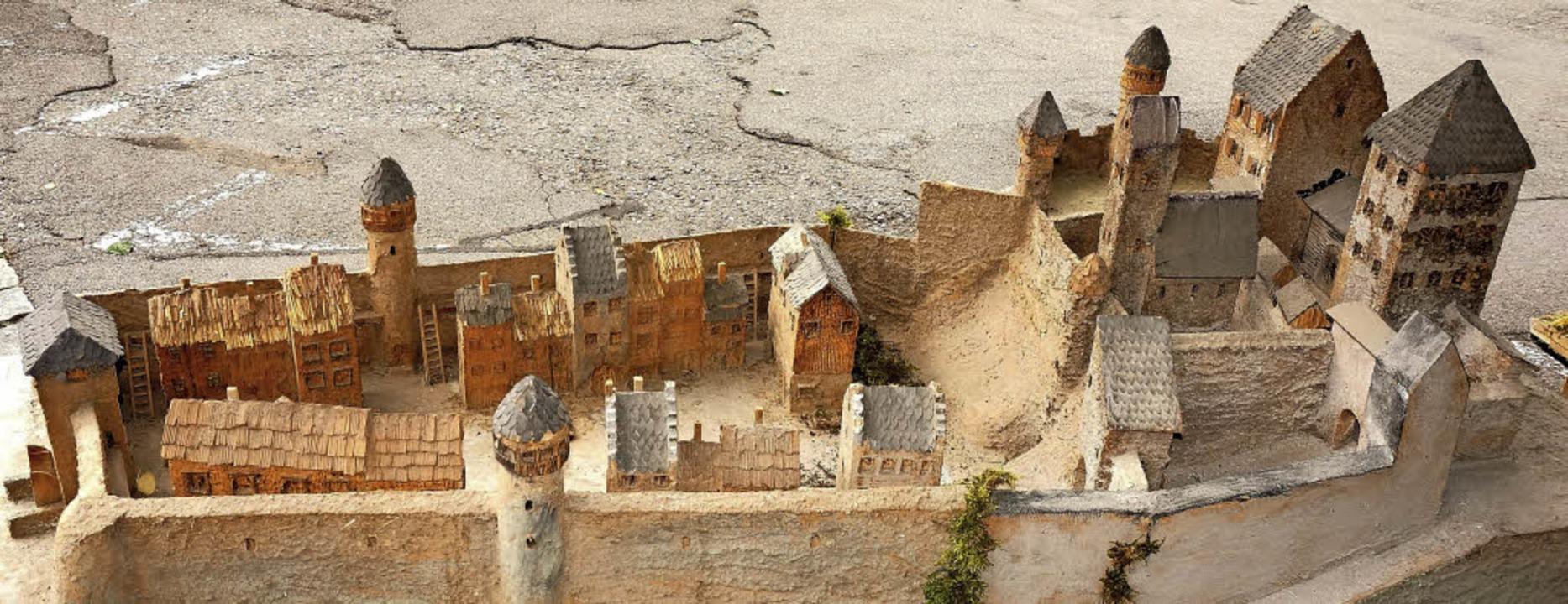 Aus Bauschaum und Holz: Dieses Modell zeigt Tiengen um 1150.    Foto:  Ursula Freudig