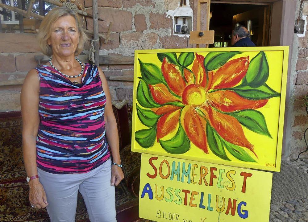Vera Krakovic stellte beim Sommerfest ihre  Gemälde aus.     Foto: Verein