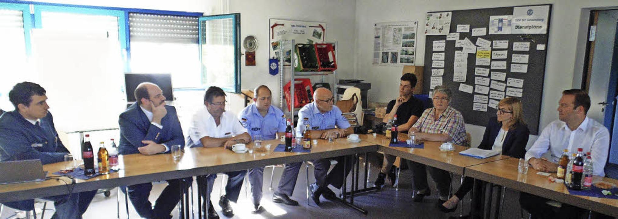 Gespräch  beim Technischen Hilfswerk i... und  Gabriele Schmidt  (von rechts).   | Foto: Michael Gottstein