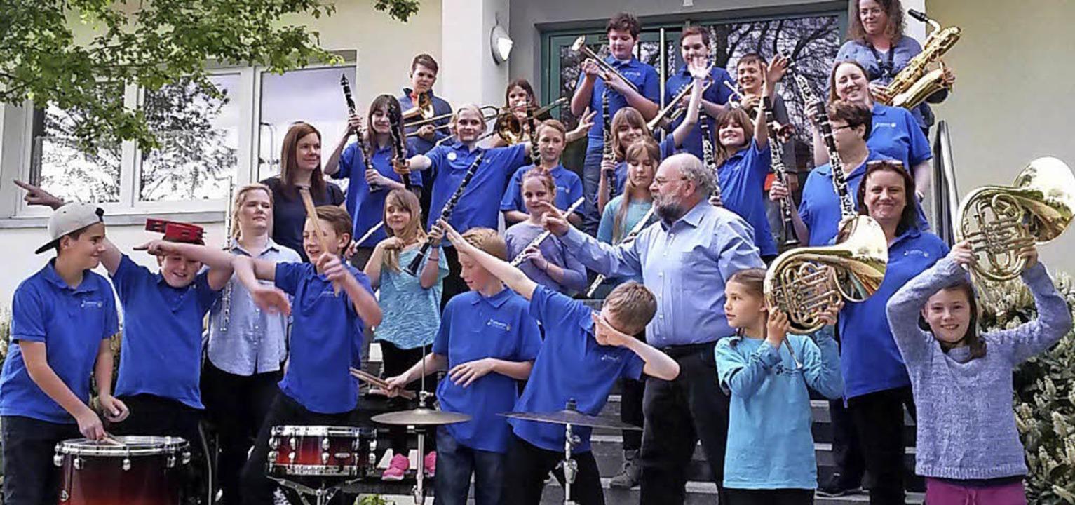 Mit Spaß bei der Sache sind die Jungmusiker mit Dirigent Josef Klein.     Foto: Musikverein