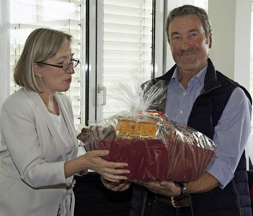 Bürgermeisterin Astrid Siemes-Knoblich...gang Huber bei dessen Verabschiedung.   | Foto: Volker Münch
