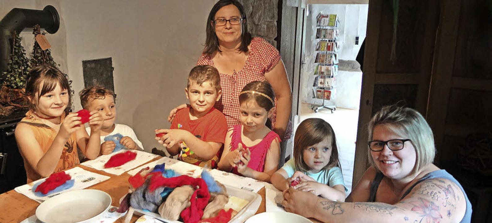 <BZ-FotoAnlauf>Kinderferienprogramm:</... Birgit Dießlin (Mitte) Seife filzen.   | Foto: Gudrun gehr