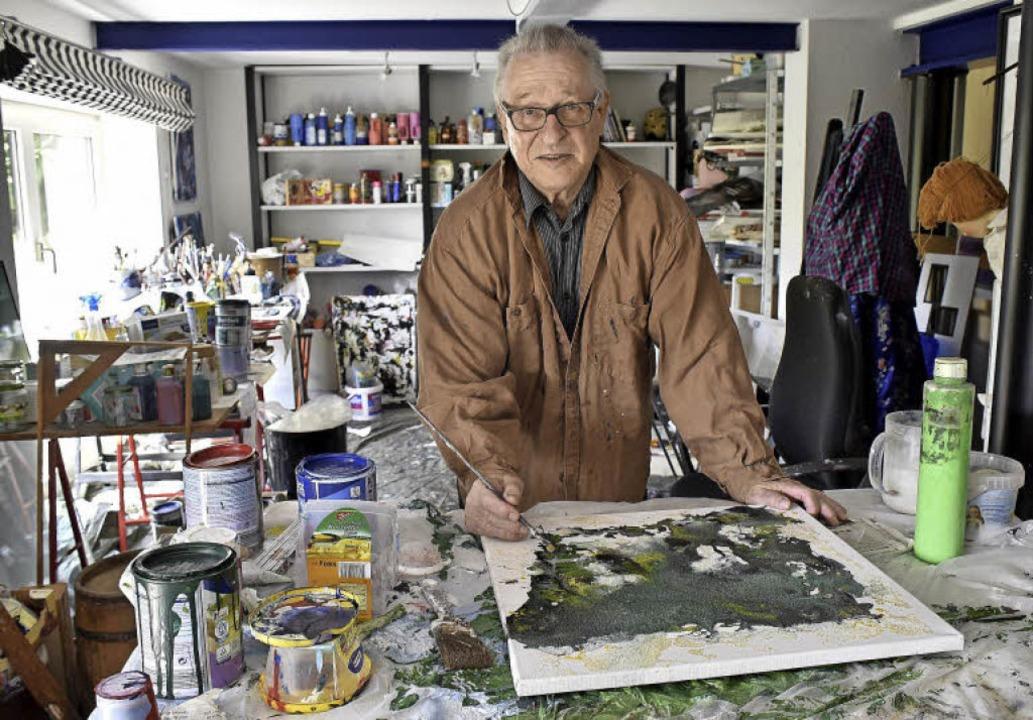 Mit Pinsel und Leinwand: Hilko Weerda in seiner Werkstatt   | Foto: Thomas Kunst
