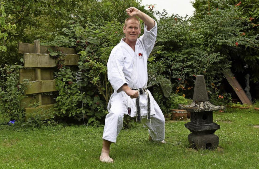 Trainiert auch mal im Garten: Andreas Einecker   | Foto: Rita Eggstein