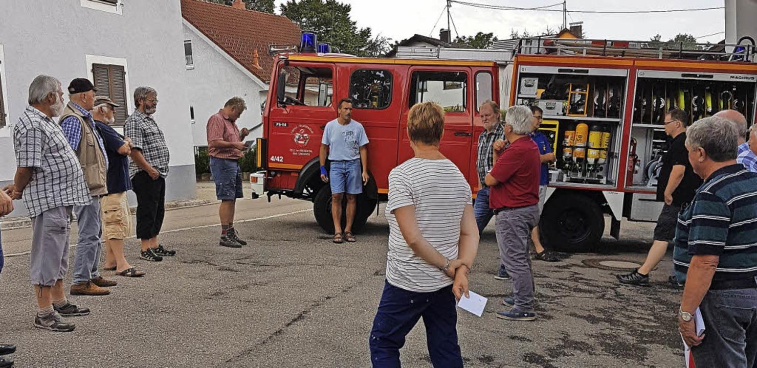Die Genossen aus Zell begutachteten da...Dienstfahrzeug der Feuerwehr Gresgen.   | Foto: SPD Zell