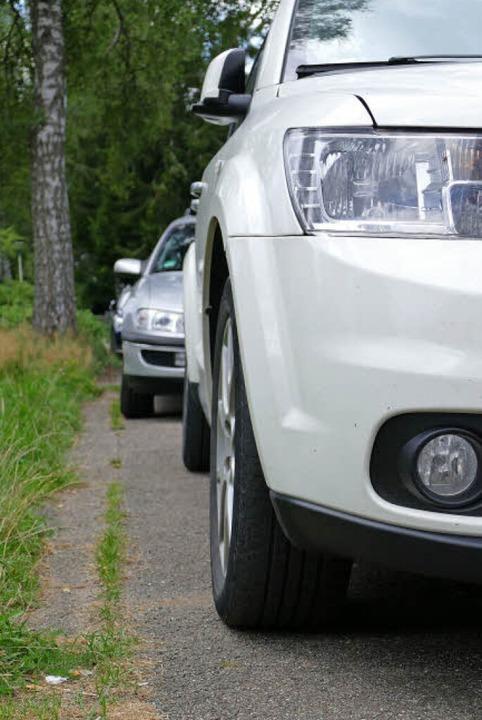 Zugeparkte Gehwege – hier ist kein Durchkommen.    Foto: Tanja Bury
