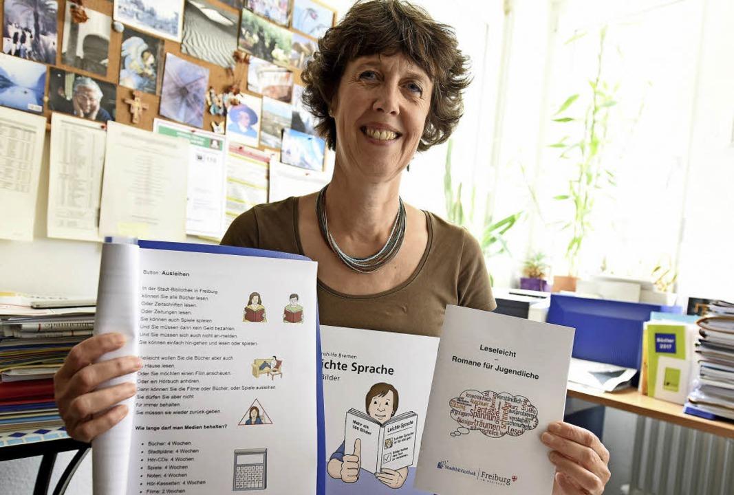 Ann-Katrin Türke präsentiert einfach f...tes Infomaterial der Stadtbibliothek.   | Foto: Rita Eggstein