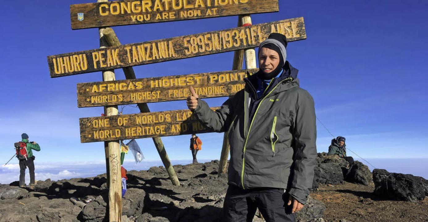 Geschafft: Sven Baumer steht auf dem mit 5895 Metern höchsten Punkt von Afrika.     Foto: Privat