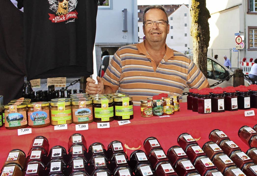 Klaus Birkenbeul vom Hanselihof in Gre...ern auf den Schopfheimer Wochenmarkt.     Foto: Anja Bertsch
