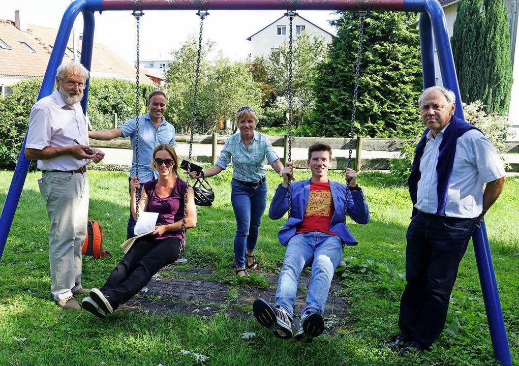 Die Teilnehmer der Tour beim Schaukeln.   | Foto: SPD OV Herten