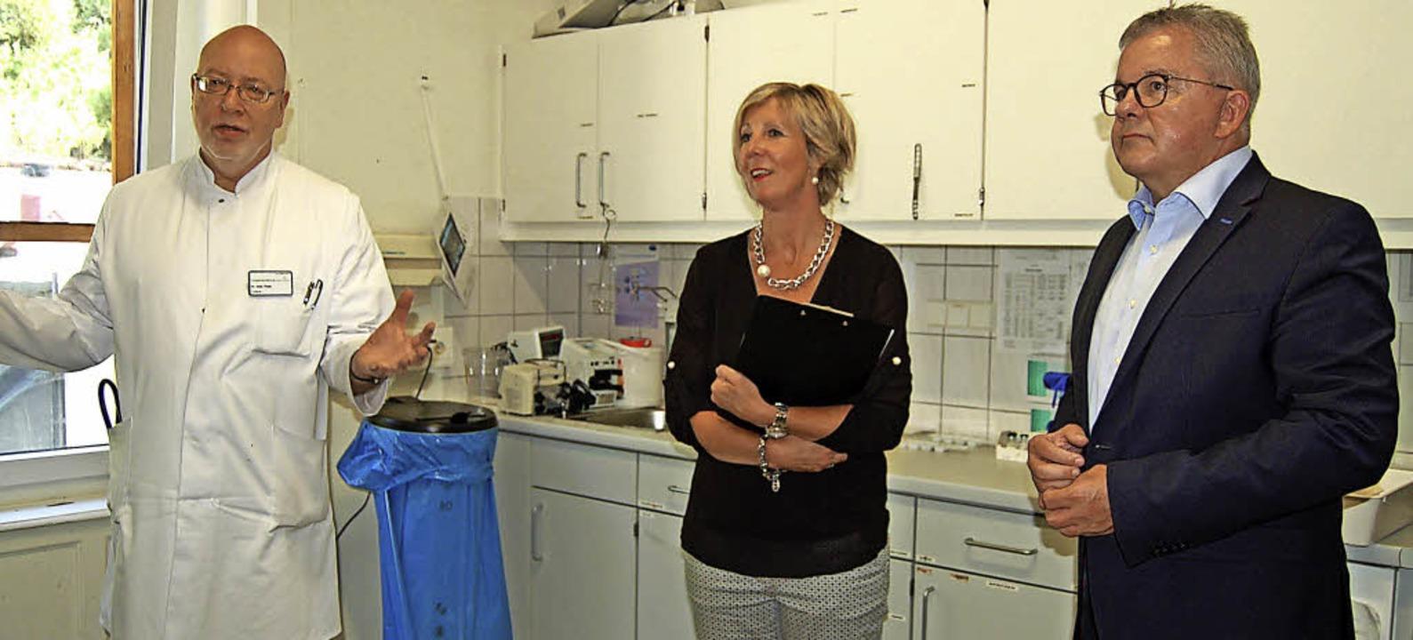 Chefarzt Andreas Plath und Isabel Dorf...ete Patienten überwacht werden können.    Foto: Claudia Renk