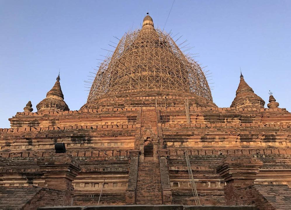 Eine der eingerüsteten Pagoden von Bagan   | Foto: dpa