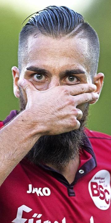 Die Hand hält Yannick Häringer  nach s... zum 3:1 wie eine Maske vors Gesicht.     Foto: Seeger