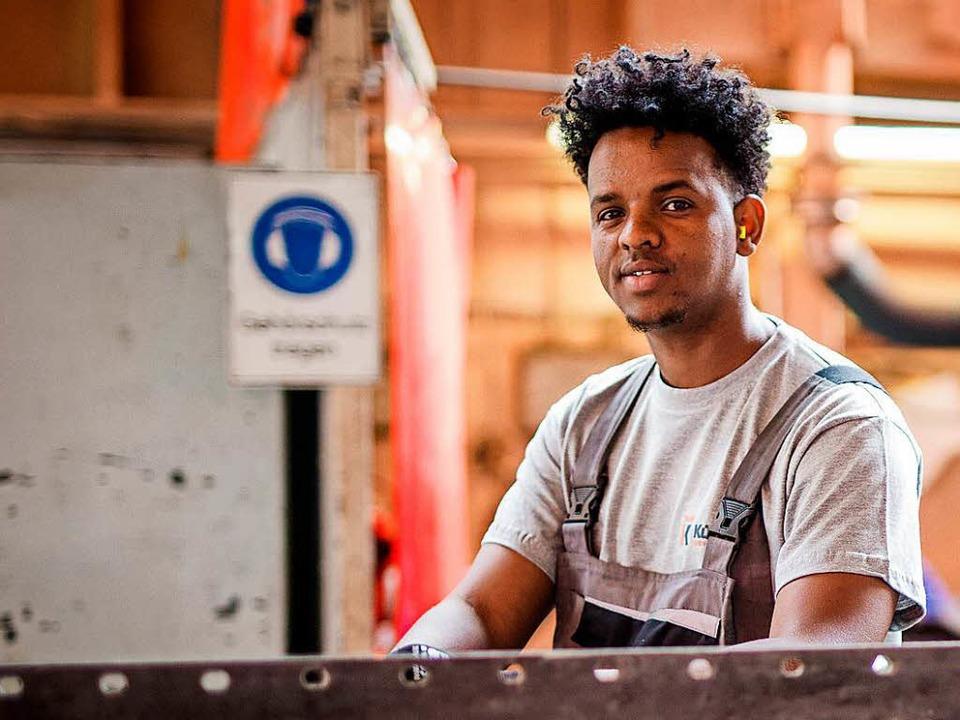 Ugaas Ziad kam als Flüchtling aus Soma...#8211; und werkelt an Wärmetauschern.   | Foto: dpa