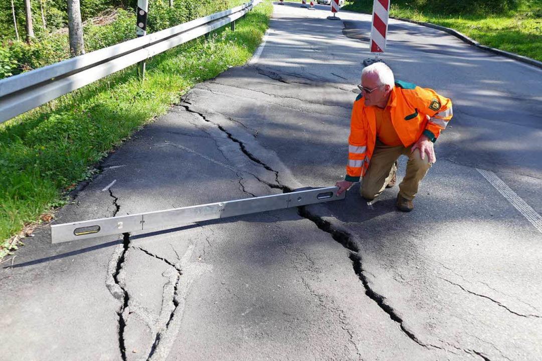 Wöchentlich muss neuer Asphalt aufgebr...die Straße befahrbar halten zu können.  | Foto: Juliane Kühnemund