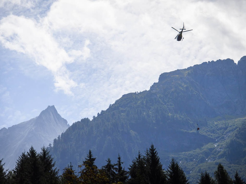 Ein Mitglied des Such- und Rettungsdie... von einem Hubschrauber hinabgelassen.    Foto: dpa