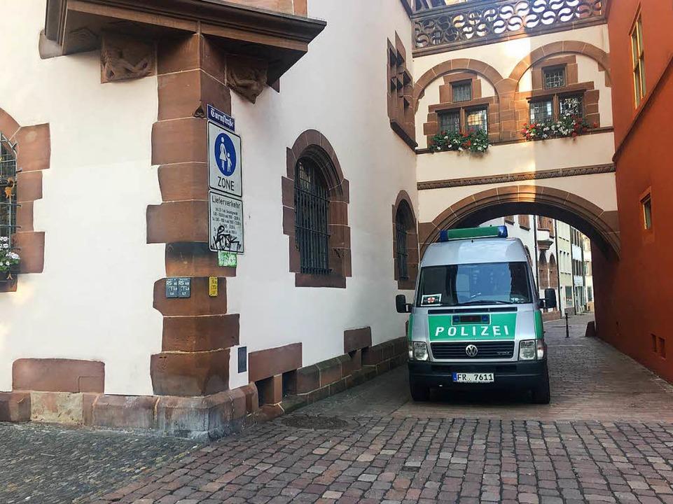 In der Freiburger Innenstadt stehen am Freitagmorgen Polizeibeamte am Rathaus.  | Foto: Carolin Buchheim