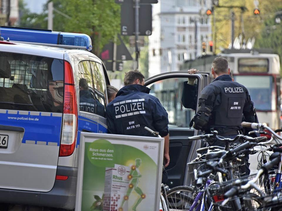 Polizeibeamte am Freitagmorgen am Holzmarkt  | Foto: Michael Bamberger