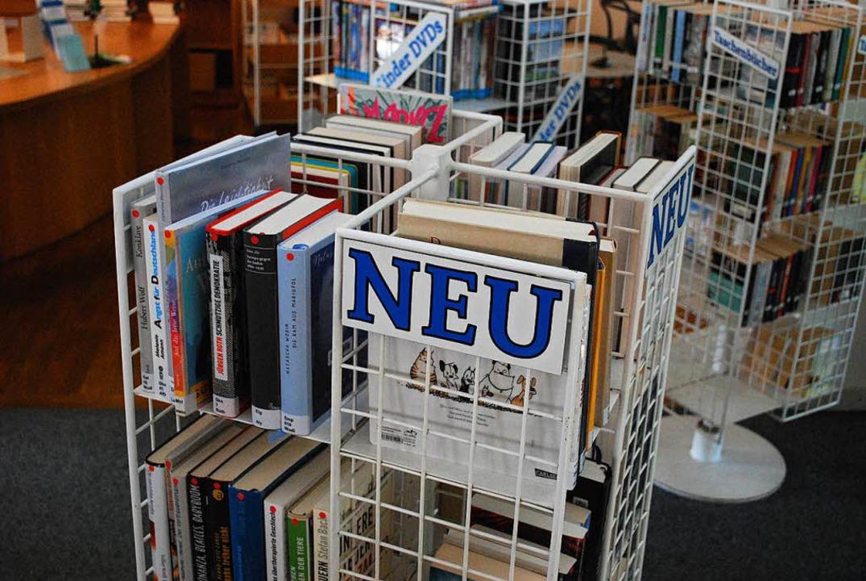 Immer gefragt: Neue Bücher. Dieser Ständer ist nahe der Ausleihtheke platziert.  | Foto: Sylvia-Karina Jahn