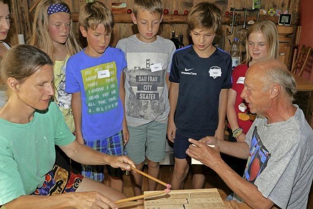 Kinder bauen Instrumente