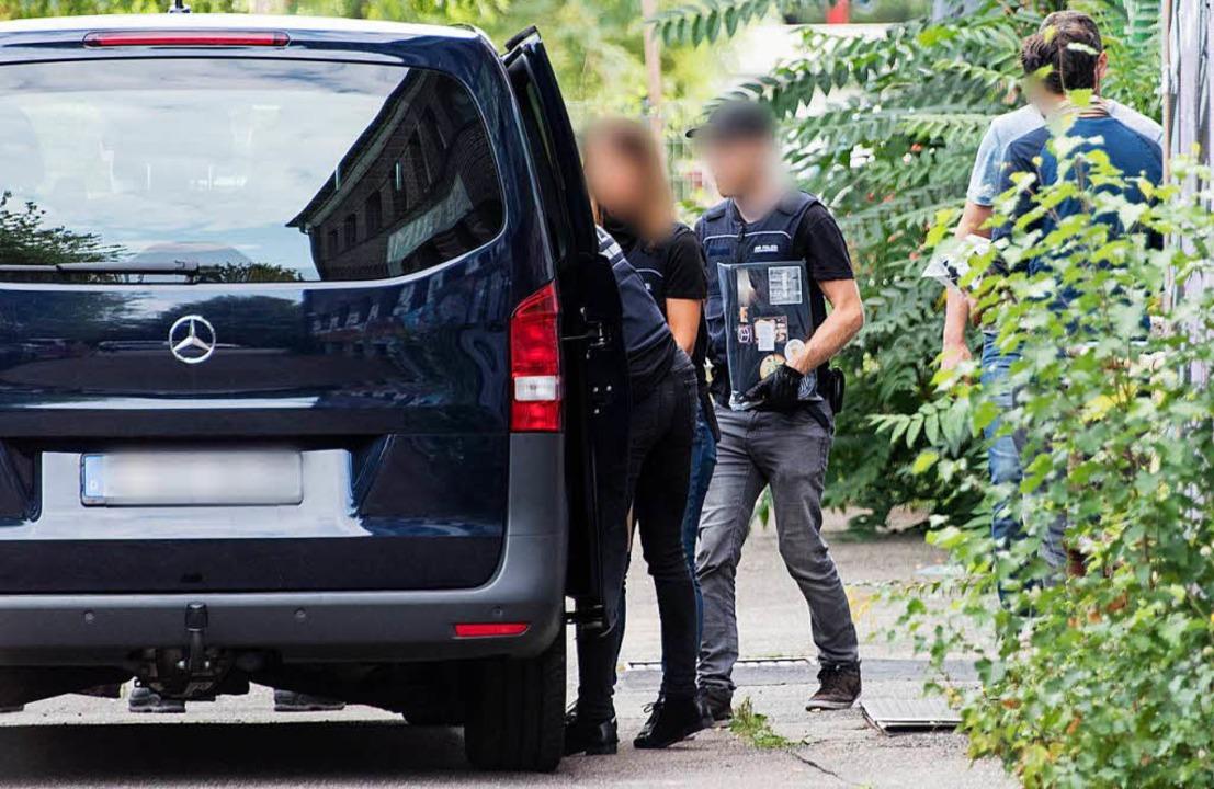 Durchsuchung: Polizisten  vor dem autonomen Zentrum KTS in Freiburg   | Foto: dpa