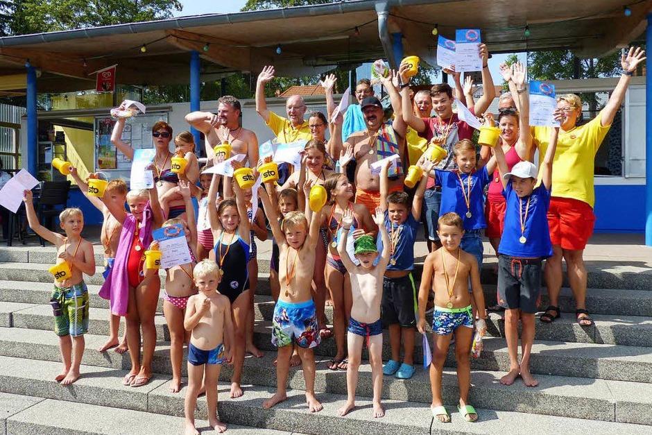 Spannende Wettkämpfe, interessante Rettungsübungen, Musik und gute Verpflegung: Die DLRG hatte zum Jubiläum im Schwimmbad für ein tolles Programm gesorgt. (Foto: Ilona Seifermann)