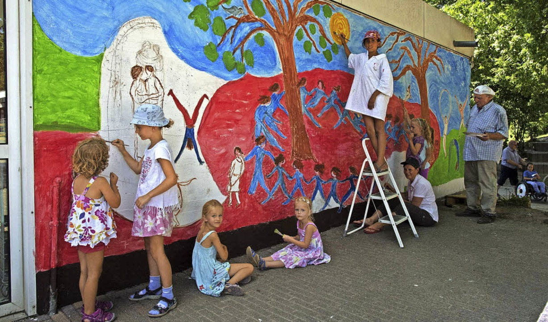 Gemeinsam mit Kindern von der Ferienwi...er Michael-Friedrich-Wild-Grundschule.  | Foto: Volker Münch