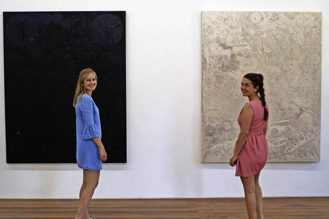 Schüler jobben zwischen zeitgenössischer Kunst