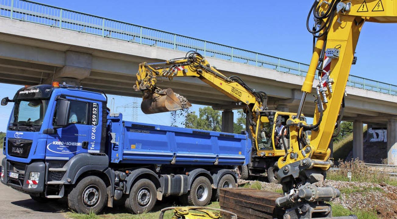 Damit die Kaiserstuhlbahn elektrifizie.... Die Arbeiten hierfür haben begonnen.  | Foto: Mario Schöneberg