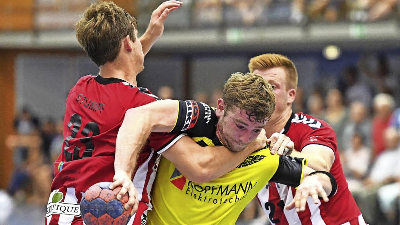 In die Zange genommen: SG-Spieler Robi...nd Yannick   Engelmann durchzusetzen.   | Foto: Achim Keller