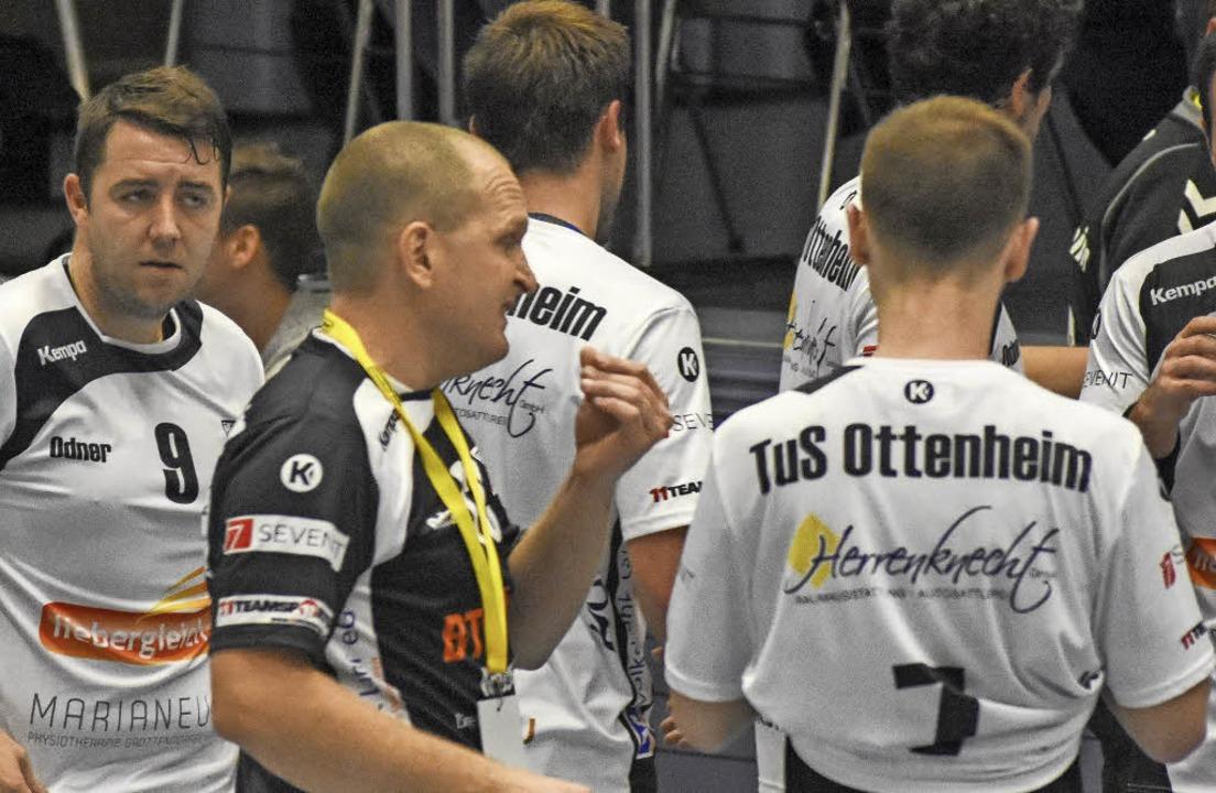 Mirko Reith (Mitte) als Co-Trainer in  Ottenheim.   | Foto:  Wolfram Köhli