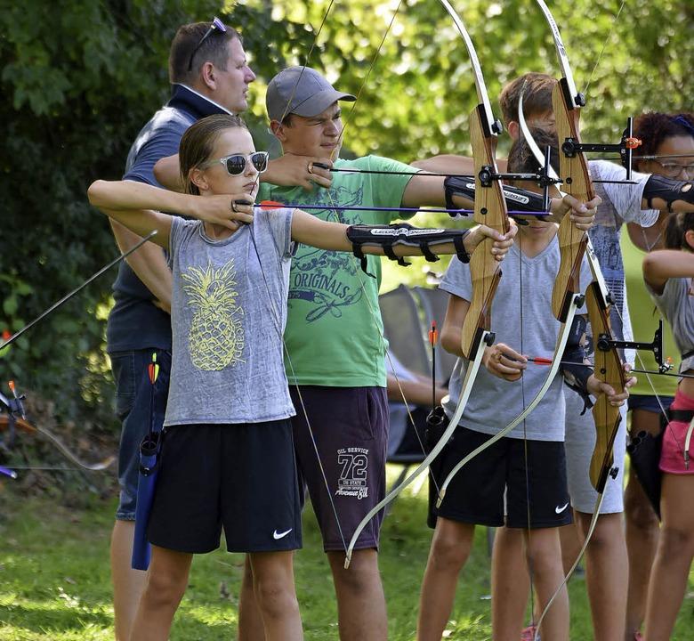 Hochkonzentriert waren die Teilnehmer dabei und so mancher Pfeil traf das Ziel.   | Foto: Martin Eckert