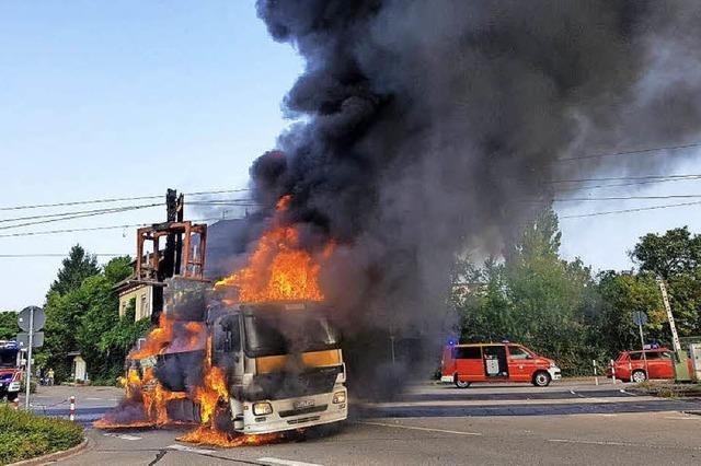 Lkw brennt aus und legt Bahn lahm