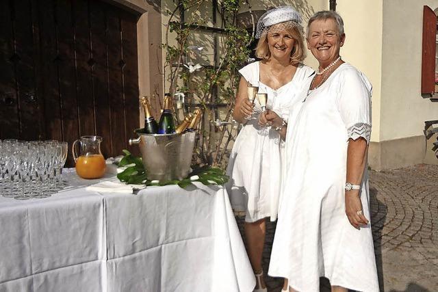 Abendessen in Weiß im idyllischen Rosengarten