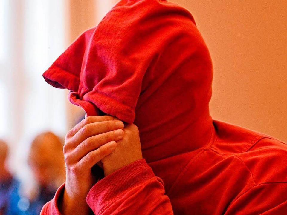Ein 21-jähriger Angeklagter aus den Ni...tssaal auf den Beginn der Verhandlung.  | Foto: dpa