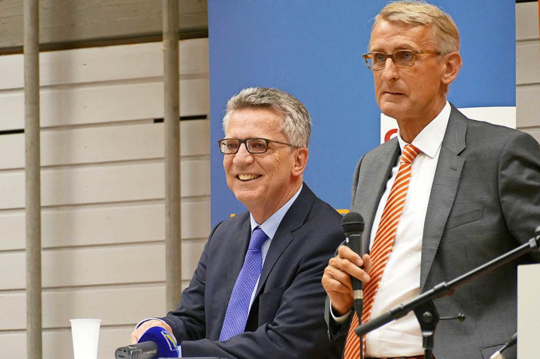 Innenminister Thomas de Maizière (link...n Schusters Wahlkampfgast in Ötlingen.  | Foto: Kathrin Ganter