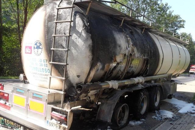 Laster mit Apfelsaft in Brand - B 31 wieder geöffnet