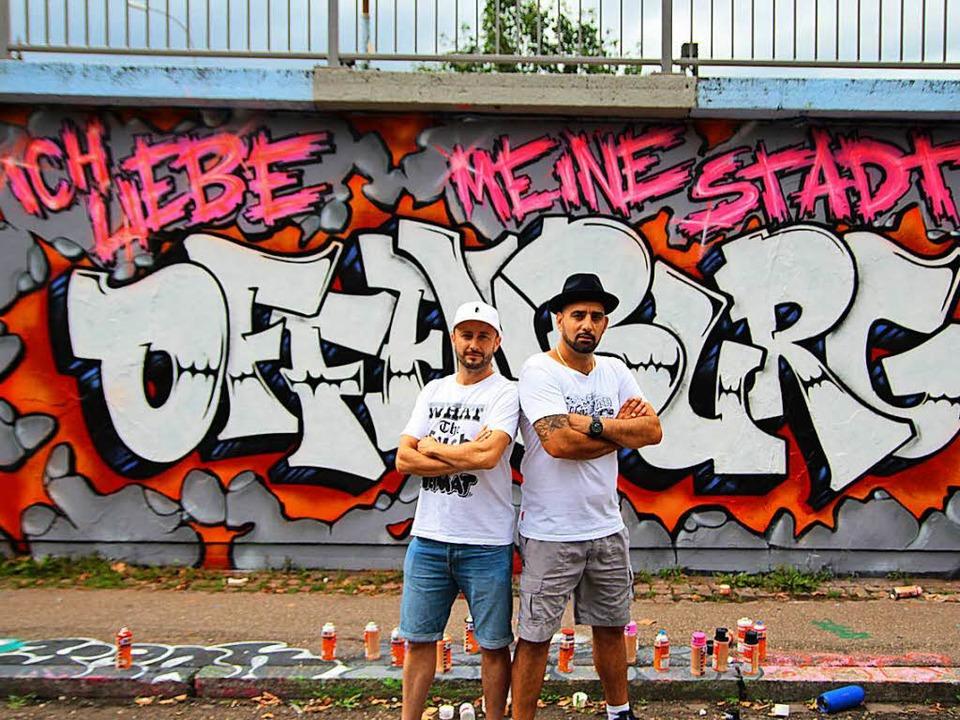 P-Vers und Claudio Esposito (rechts) a... Künstler Hasib K. eigens   entworfen.    Foto: Hasib.k