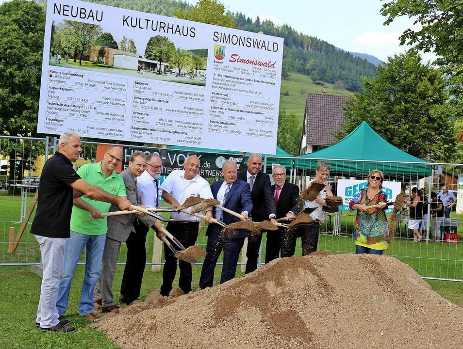 Links: Spatenstich für das Kulturhaus....m dort jetzt ein Bürgerhaus zu bauen.   | Foto: Karin Heiss/Archiv