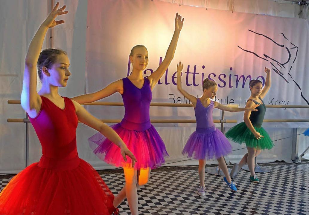 Für  grazilen Tanz auf der Laufenbrück...Akteurinnen  der Ballettschule  Krey.   | Foto: Roswitha Frey