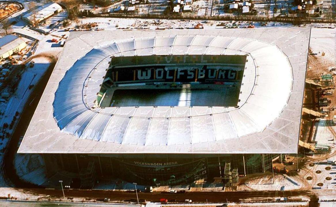 Die Volkswagen-Arena in Wolfsburg wurde von der Köster GmbH gebaut.  | Foto: dpa