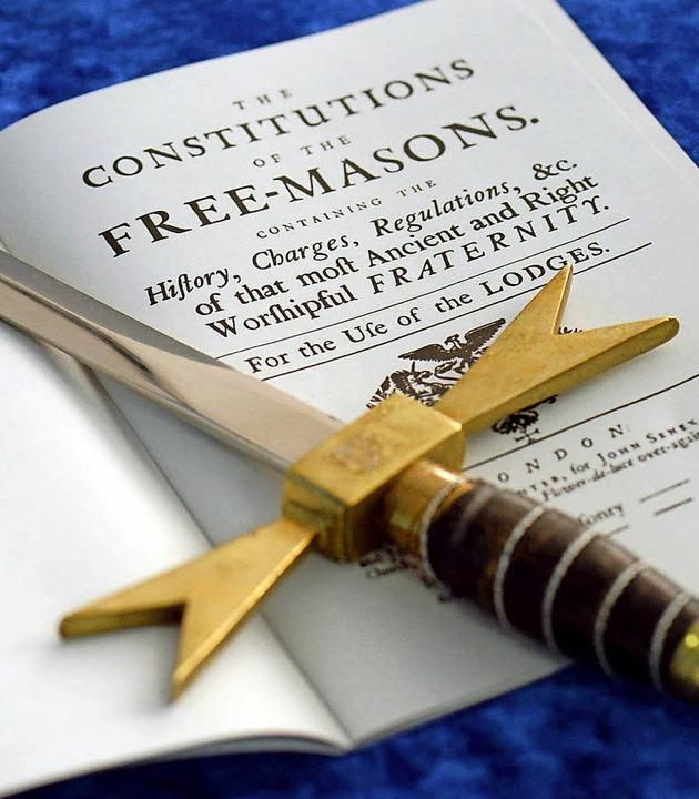Freimaurer-Insignien: Schwert und Verfassung   | Foto: dpa