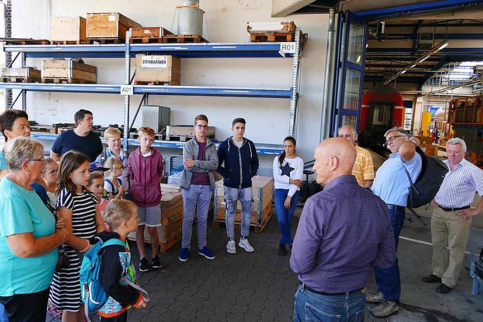 Werner Graf (ganz rechts) vom Regionalbüro Kommunikation der Deutschen Bahn AG in Stuttgart und Rolf Bürkel (vorne rechts), Werksleiter der DB-Regio-Werkstatt Freiburg, begrüßten die Gäste. (Foto: Fabio Saporito)