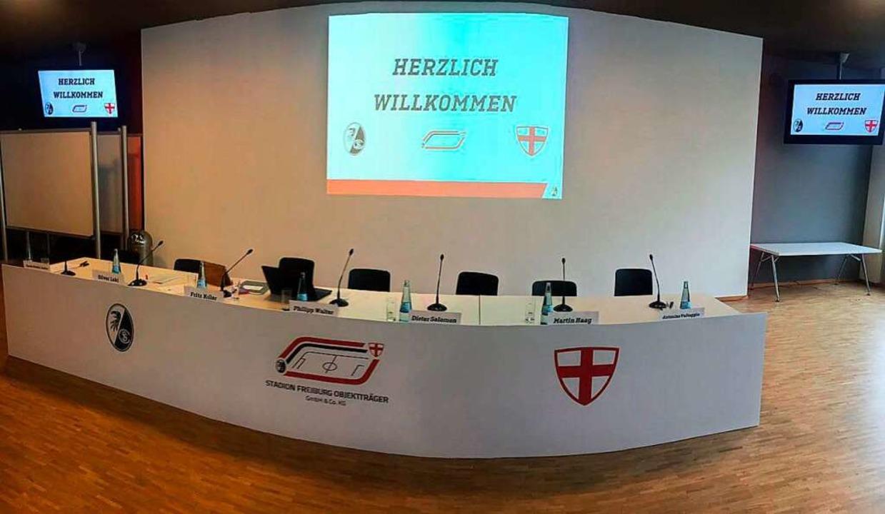 Das Podium für die Vorstellung der Pläne für das neue  SC-Stadion  | Foto: Joachim Röderer