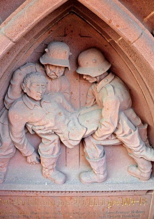 Links: Gedenktafel des Künstlers Erwin...rt  gekämpft, 30000 Soldaten starben.   | Foto: Bernd Fackler, Sylvia Sredniawa
