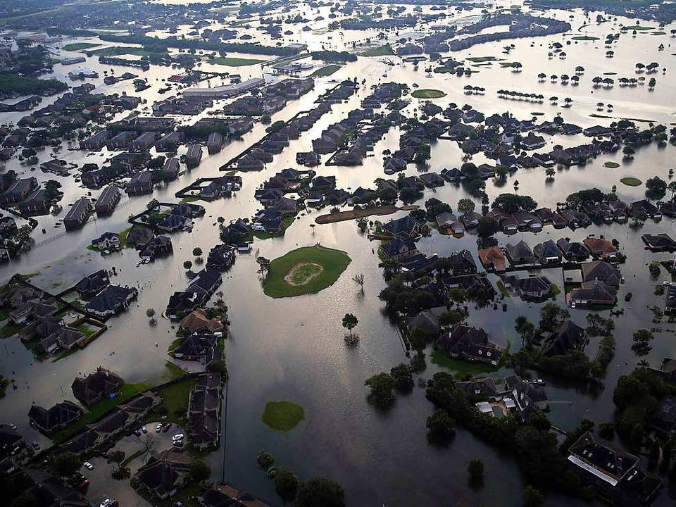 Überschwemmungen in Port Arthur bei Houston am Dienstag.  | Foto: dpa