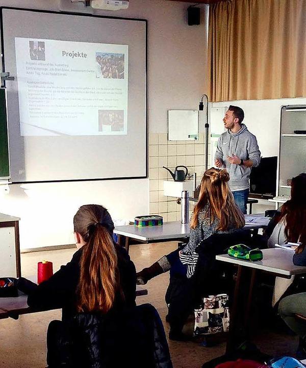 Fabio im Einsatz als Ausbildungsbotschafter in einer Schulklasse.  | Foto: BZ