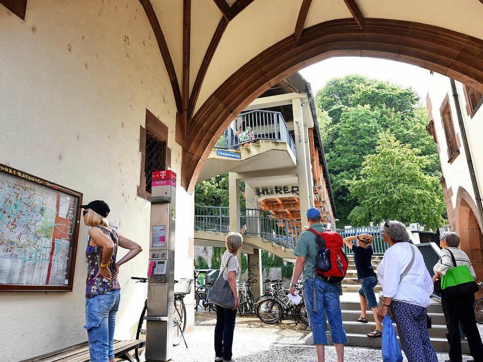Über den  Schwabentorsteg geht es zum  Schlossberg.  | Foto: Rita Eggstein