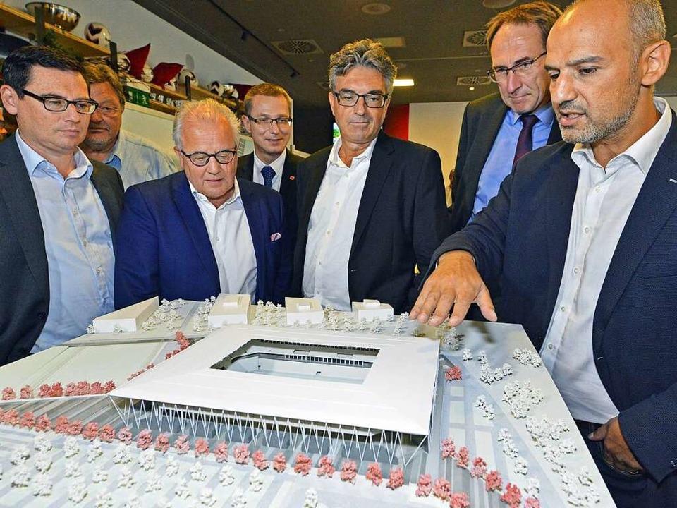 Architekt Antonino Vultaggio mit Baubü...ver Leki (von links) am Stadionmodell,    Foto: Michael Bamberger