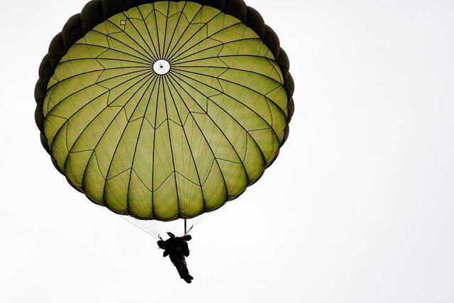 Fallschirmjäger der Bundeswehr landen im Schwarzwald